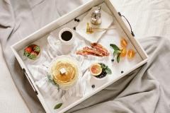 Desayunos post boda cama bandeja