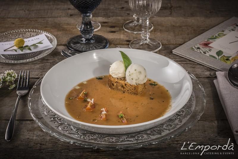 Sopa fría de tomate con pan especiado y helado de albahaca