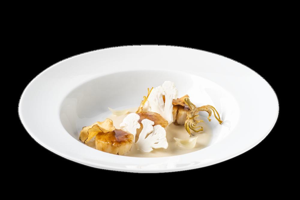 Vieiras glaseadas con fondo oscuro y crema de yogur con verduras asadas