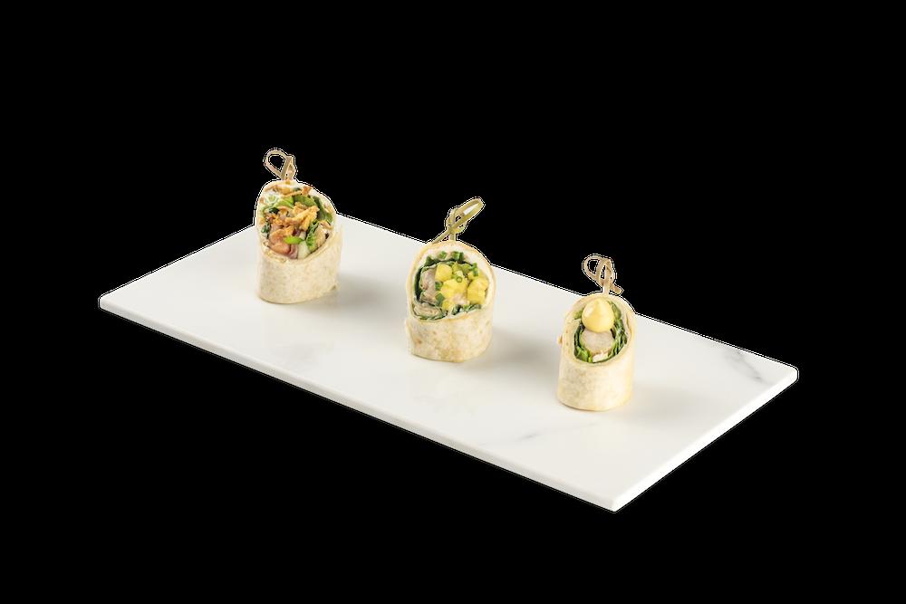 Wrap de salmón, espinacas y cebolla crujiente – Pollo braseado y espinacas baby – Cóctel de verano